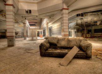 Verlasse Rolling Acres Mall in Akron, Ohio USA - Bildquelle: deadmall.com