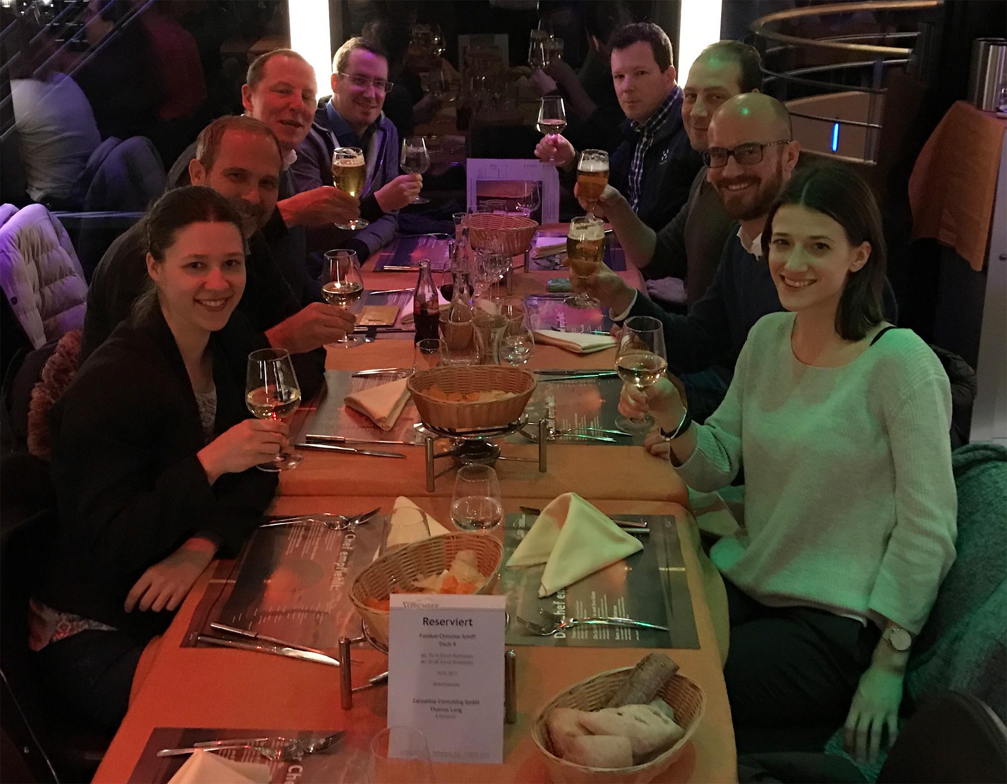 Die Carpathia-Crew stösst auf Maltes Zukunft bei DeinDeal an (Foto anlässlich Neujahrs-Essen im Januar aufgenommen)