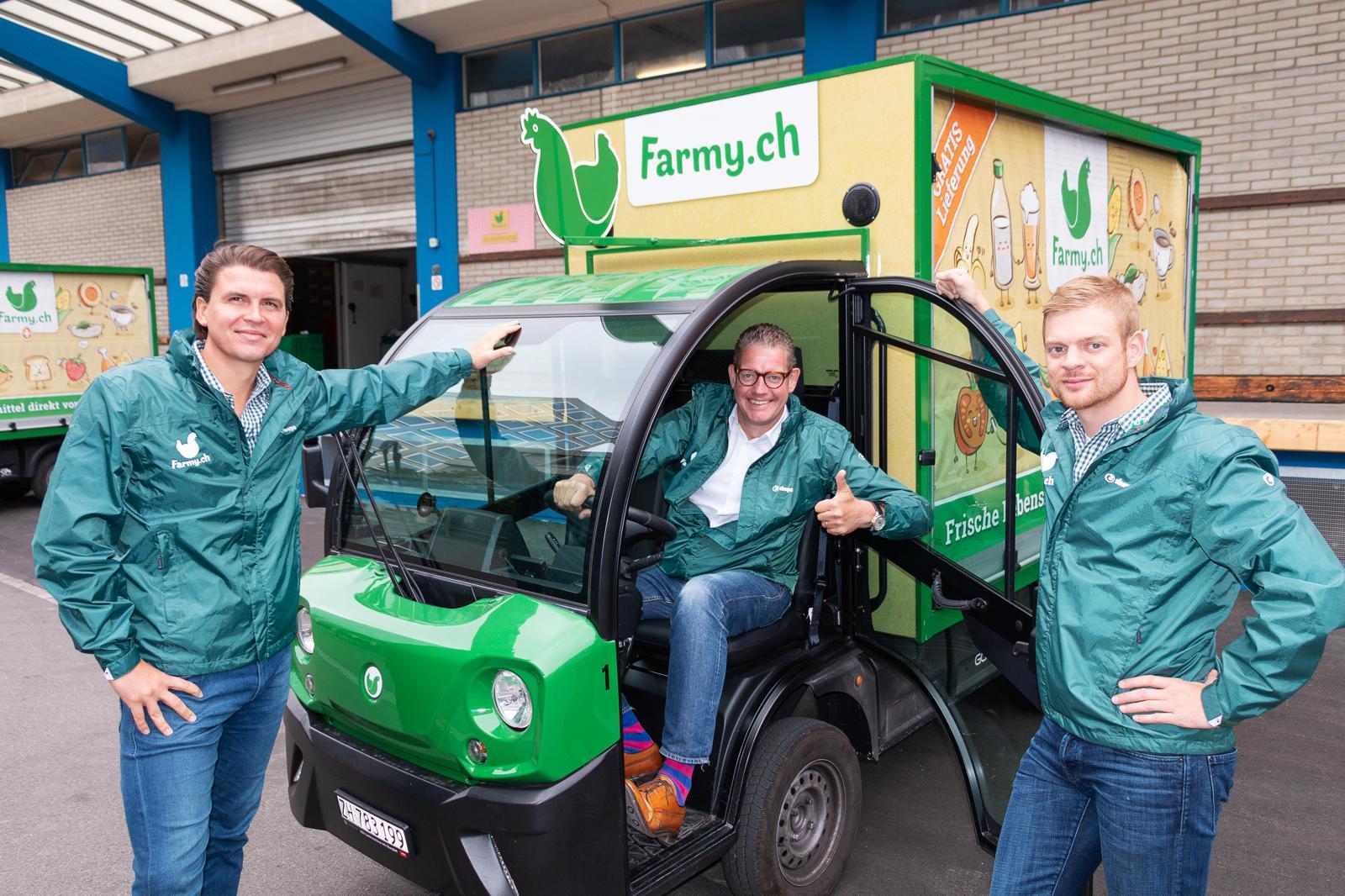 Farmy Elektrofahrzeug mit den beiden Gründern Roman Hartmann und Tobias Schubert mit Mentor und Investor Dominique Locher