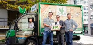 Manor CEO Jérôme Gilg mit den beiden Farmy-Gründern Roman Hartmann und Tobias Schulz vor einem Elektro-Zustellfahrzeug von Farmy.ch