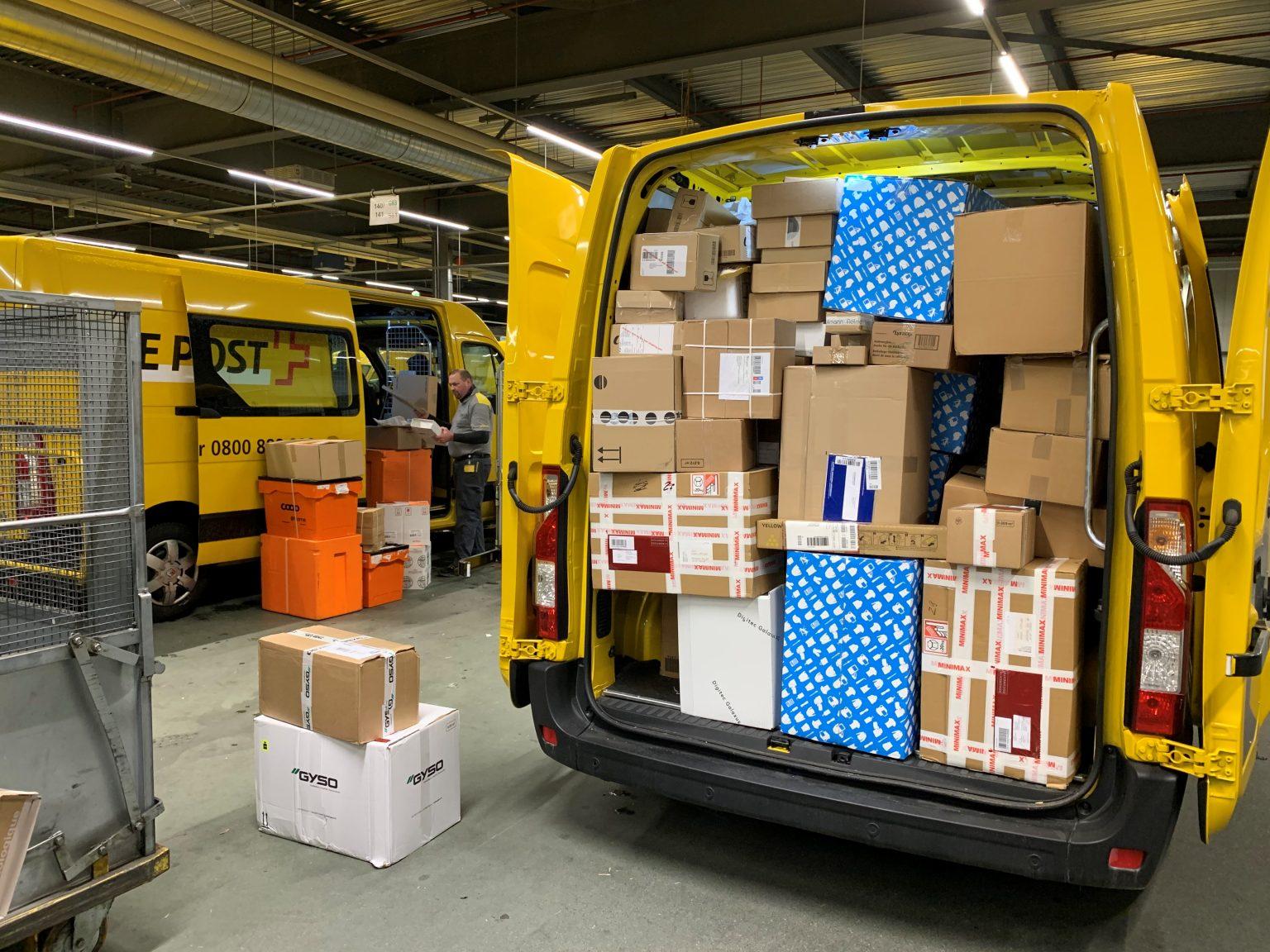 Bis unters Dach vollgepacktes Zustellfahrzeug der Schweizer Post - Bildquelle: Die Schweizerische Post