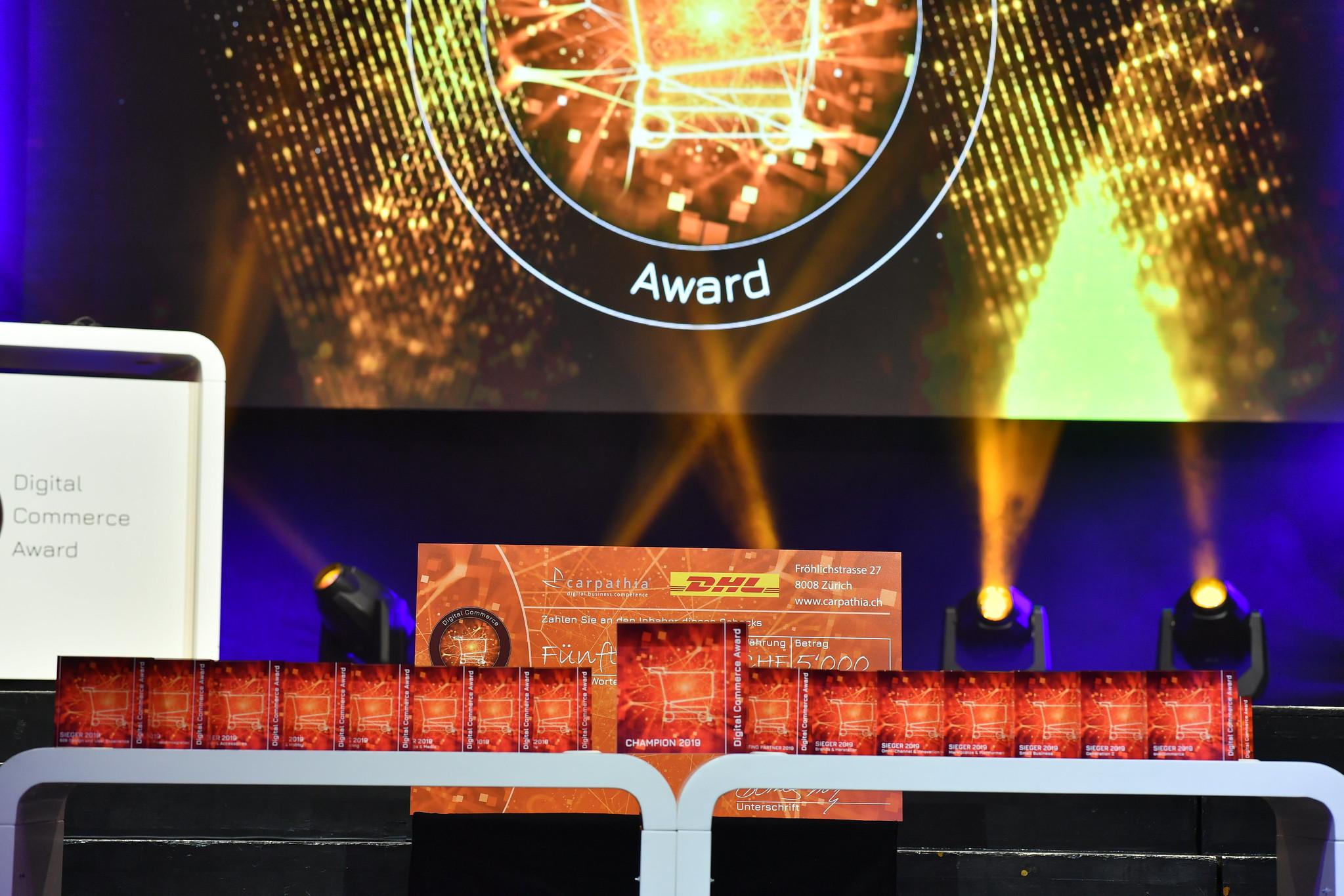 trophaeen_und_scheck_starup-award