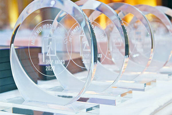 Trophäen des INTERNETWORLD BUSINESS Shop-Award 2020