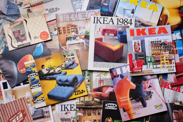 Gedruckte Ikea Kataloge im Laufe der Zeit / Quelle: Ikea