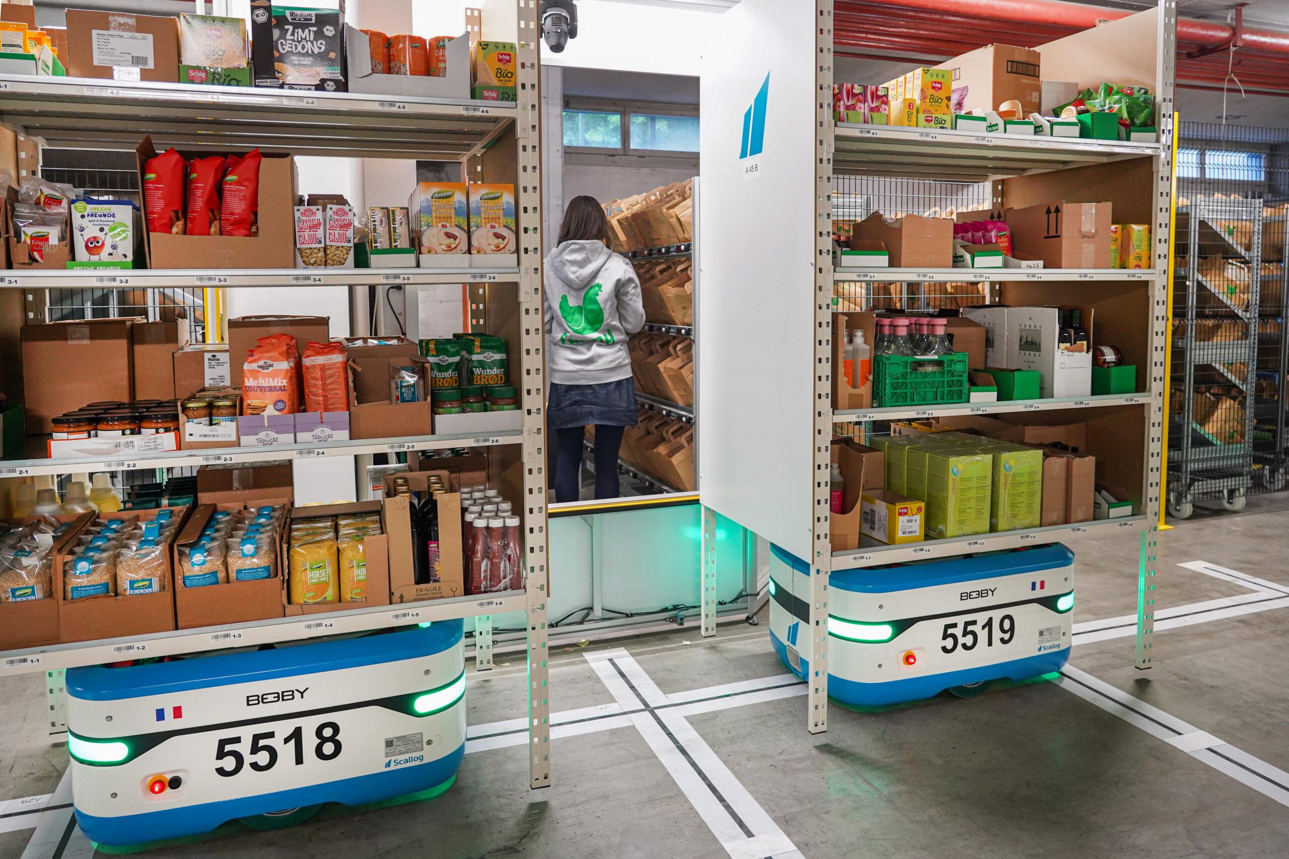 Roboter von Scallog bringen bei Farmy die Regale zu den Mitarbeitenden / Quelle: Farmy